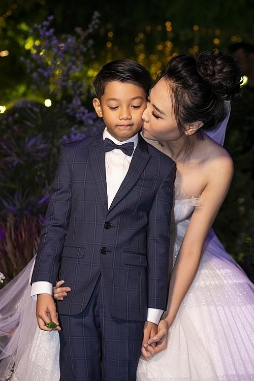 Subeo từng chụp chung ảnh cưới và từ Mỹ bay về Việt Nam dự đám cưới của bố. Nhiều người thân, bạn bè Đàm Thu Trangchúc mừng vì cô có mối quan hệ thân thiết với Subeo.
