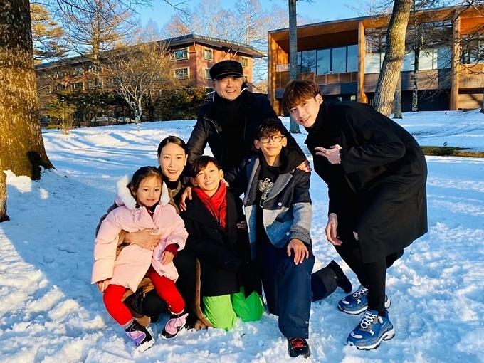 Hà Kiều Anh chia sẻ cách nuôi dạy con chung con riêng: Vợ chồng tôi đặt ra nguyên tắc phải công bằng trong việc yêu thương, dạy dỗ các con. Điều này mới giúp con được an toàn, có đời sống lành mạnh, không hiềm khích hay tranh đấu nhau.