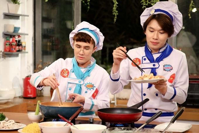 Huỳnh Lập (trái) phụ giúp Nam Trung nấu nướng. Bánh xèo là món ăn quen thuộc của người miền Nam, songđược biến tấu đa sắc màu từ những rau củ như: củ dền, hoa đậu biếc...
