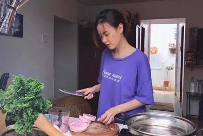 Cô vào bếp nấu những món ăn yêu thích.