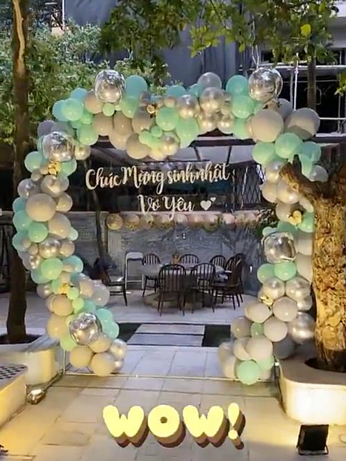 Không gian biệt thự tràn ngập bóng bay. Nam doanh nhân trang trí thêm dòng chữ: Chúc mừng sinh nhật vợ yêu khiến Thanh Tú hạnh phúc.