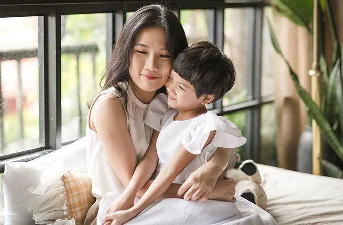Nữ diễn viên đang tận hưởng những ngày sống chậm, có thời gian chăm sóc con gái và gần gũi với gia đình hơn.