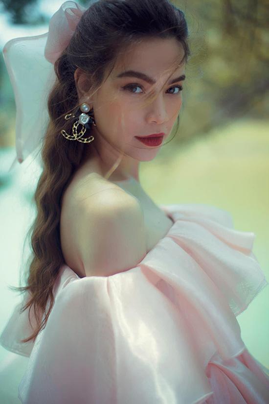 Không chỉ Love songs, Huyền Lê còn đảm nhận phần trang điểm cho Hồ Ngọc Hà trong nhiều dự án lớn khác, trong đó có album Càng trưởng thành càng cô đơn.